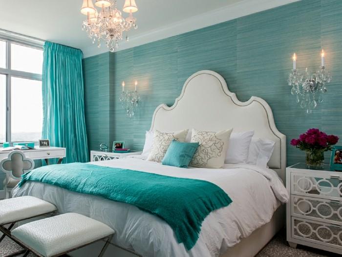 papier peint chambre turquoise, lustre en cristaux, grande fenêtre