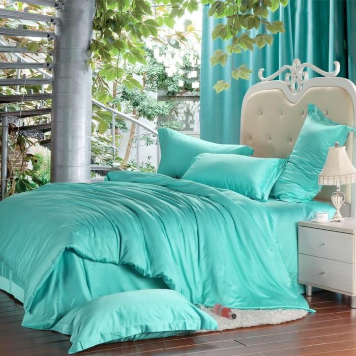 idée couleur chambre, parquet en bois, tête de lit blanche, escalier extérieur, abre