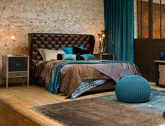 couleur chambre adulte, tête de lit en cuir marron, tapis gris, meuble en bois