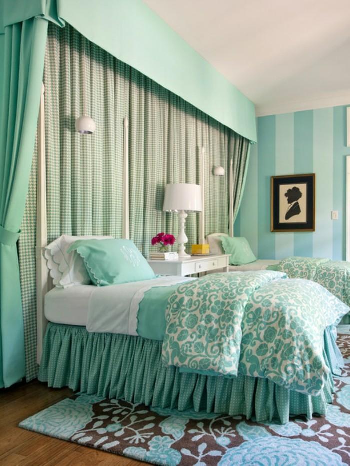 idée couleur chambre, parquet en bois, couverture de lit et rideaux turquoise vert