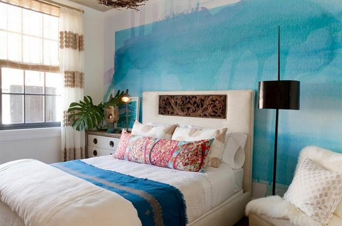 papier peint chambre adulte, tête de lit décoration en bois, rideaux blanc et beige