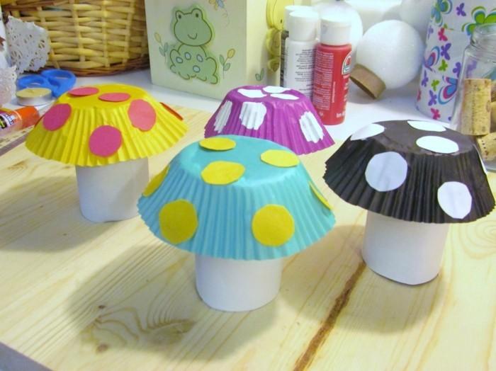 activité créative de printemps, des champignons, constitués de moules à muffins et des rouleaux de papier toilette
