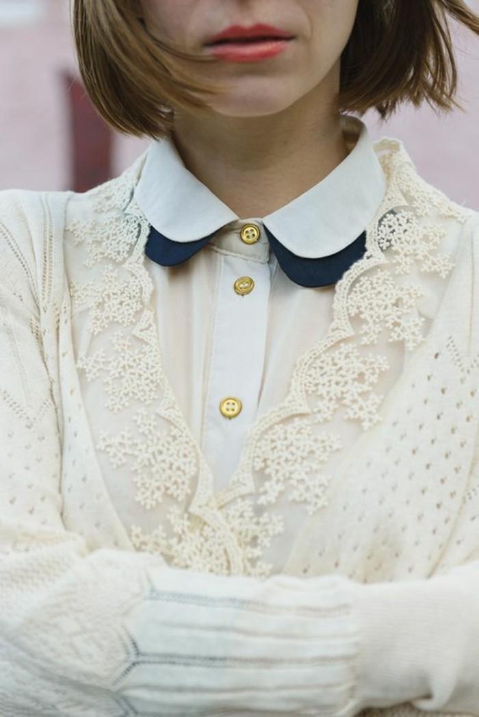 chemise-blanche-femme-à-col-claudine-gilet-motif-dentelle