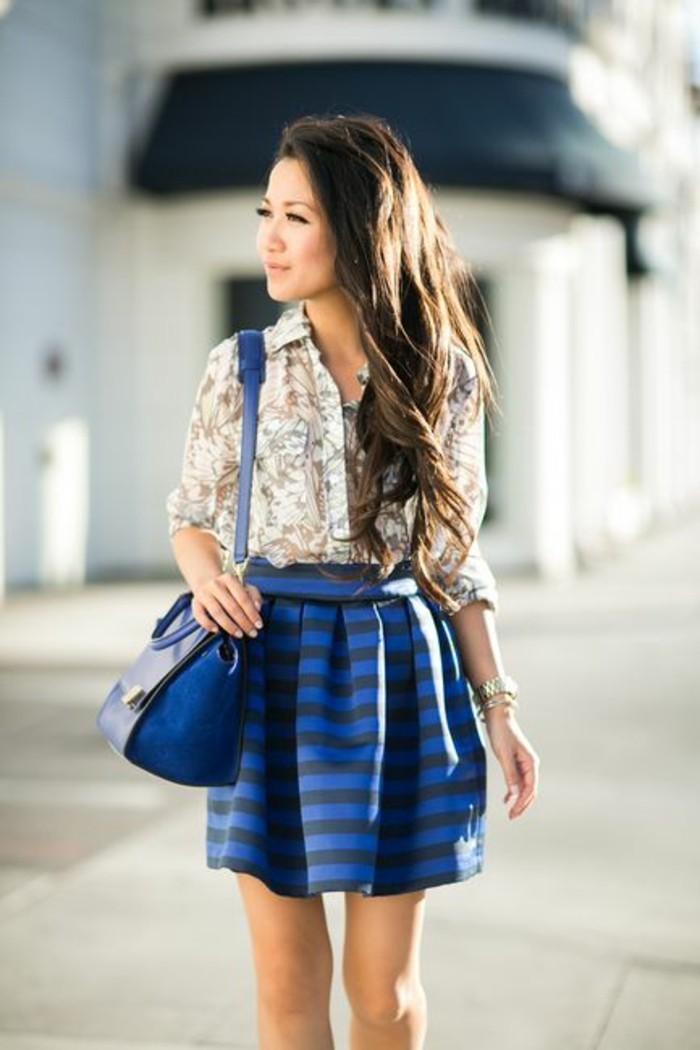 jolie chemise florale combinée avec une jupe corolle courte, une morphologie femme en triangle inversée