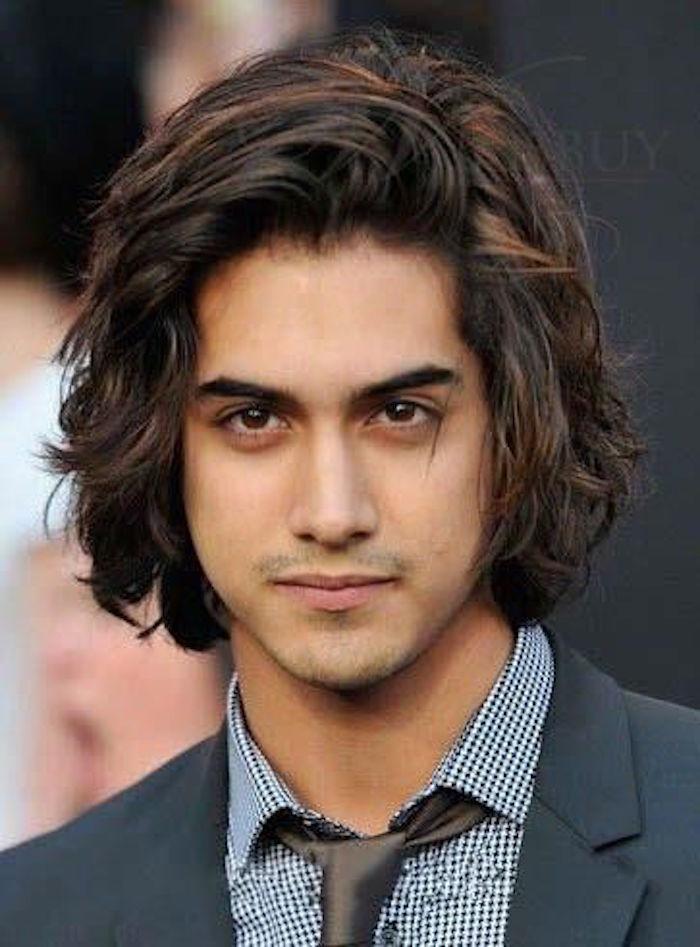 idée coiffure garçon cheveux épais brun longs