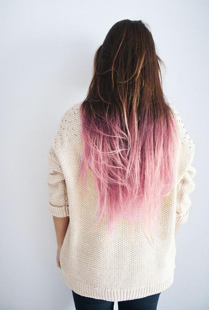 un tie and dye couleur pastel, des cheveux châtains et roses