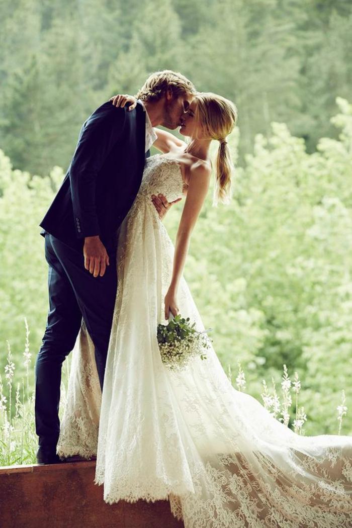 chic-couple-dentelle-robe-de-mariée-simple-très-jolie-pour-mariage-stylé