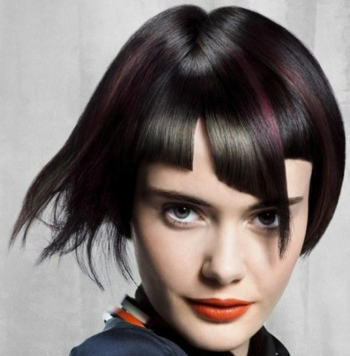 coiffure femme frange, mèches pourpres sur cheveux chatains foncés