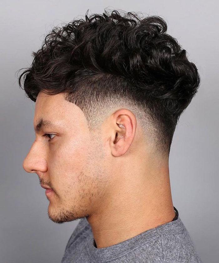 coiffure cheveux frisés long dessus court coté