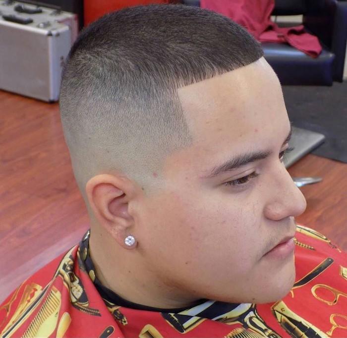 cheveux court homme rasé front droit et dégradé