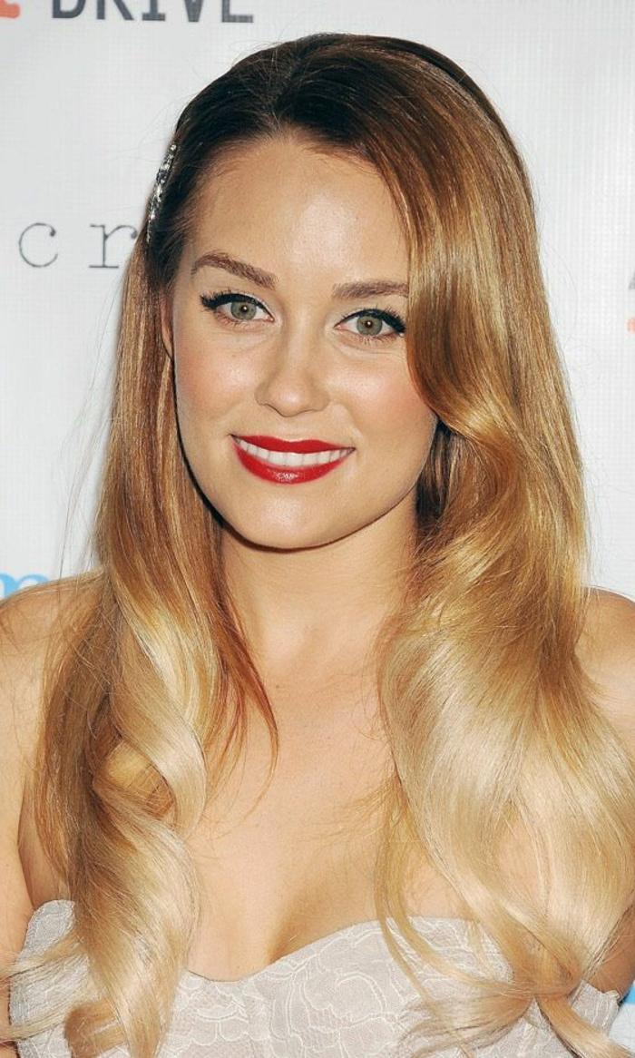 un joli balayage blond, cheveux ondulés et coiffure rétro, réaliser un tie and dye couleur blonde