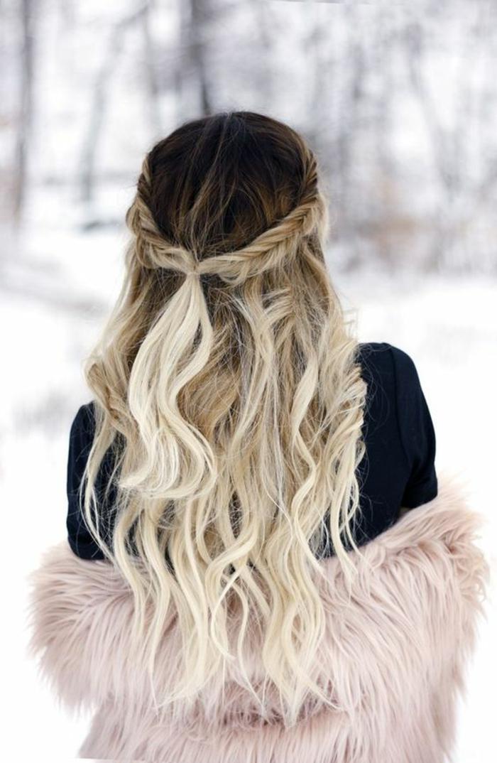 une longe chevelure joliment ondulée, coloration capillaire tie and dye blonde qui commence par les mi-longueurs