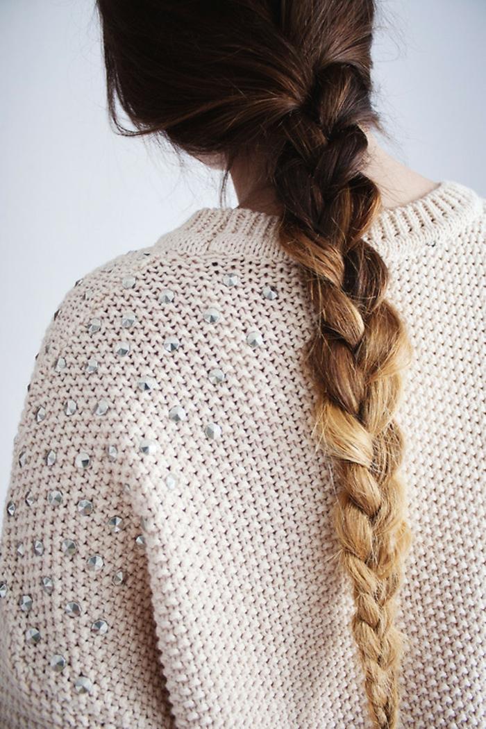 coloration tie and dye blonde, une tresse longue pour un effet de contraste sublime
