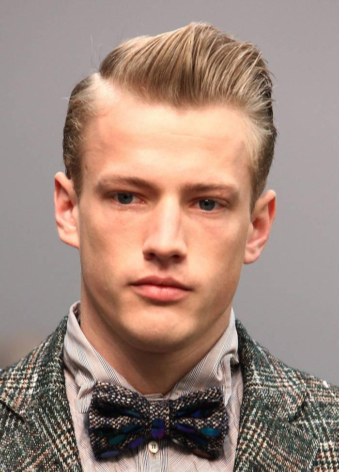 coiffure des années 50 homme blond style pompadour