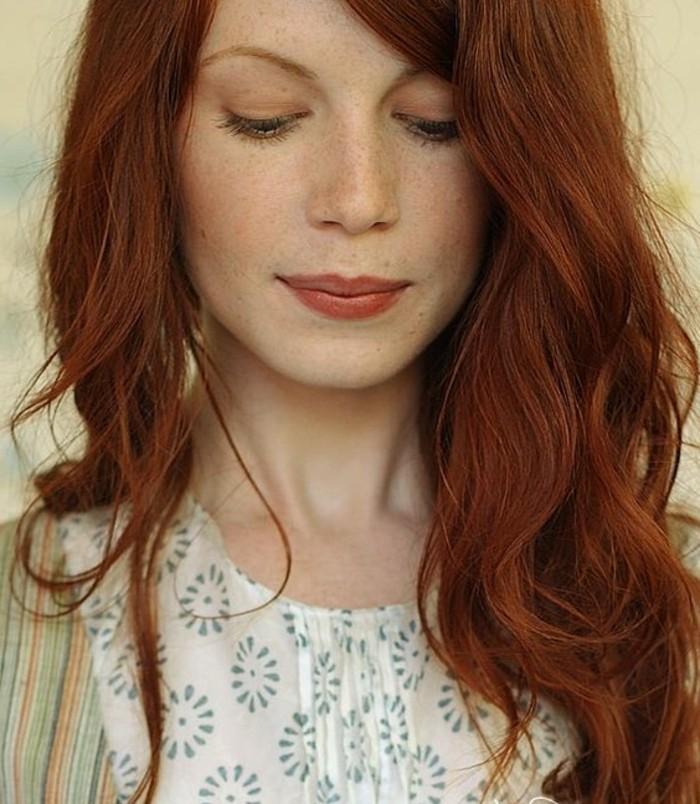 coloration auburn, cheveux épais et taches de rousseur