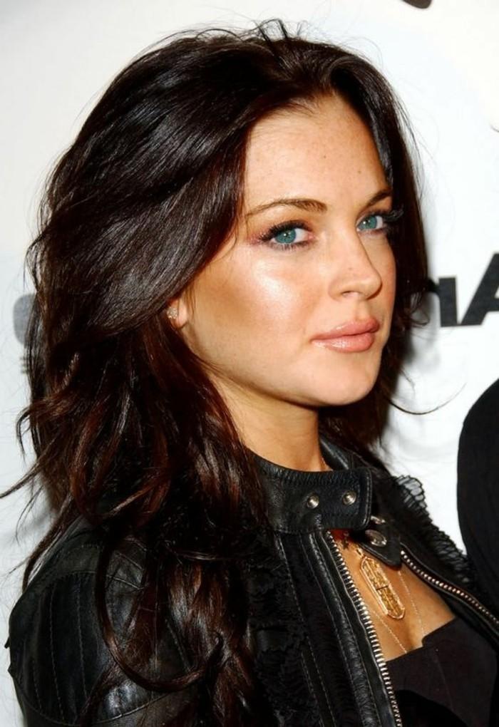 coloration auburn, femme aux yeux bleus et aux cheveux ardents