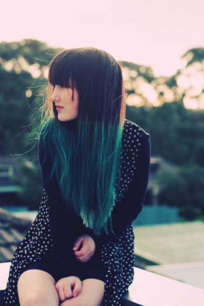 des cheveux insolites bocolore, un tie and dye couleur vert d'eau