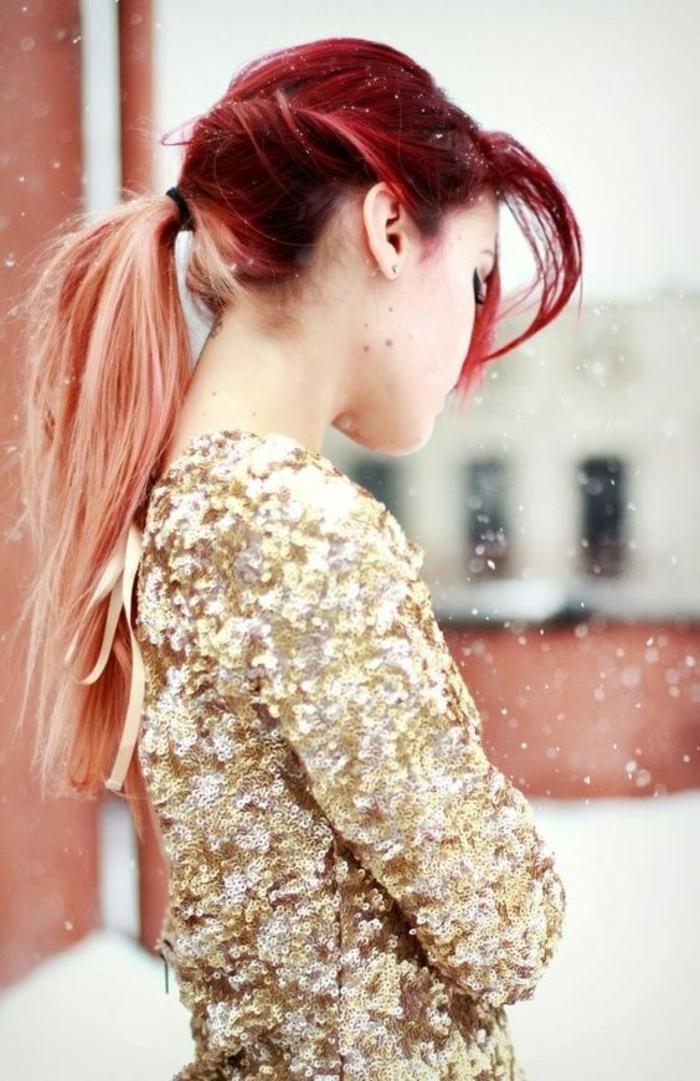 une coloration tie and dye originale pour des cheveux rouges cerise, couleur rose pêche sur les longueurs