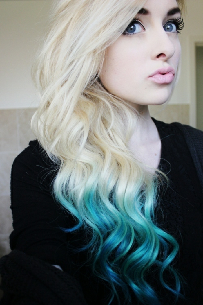 Cheveux tie and dye bleu