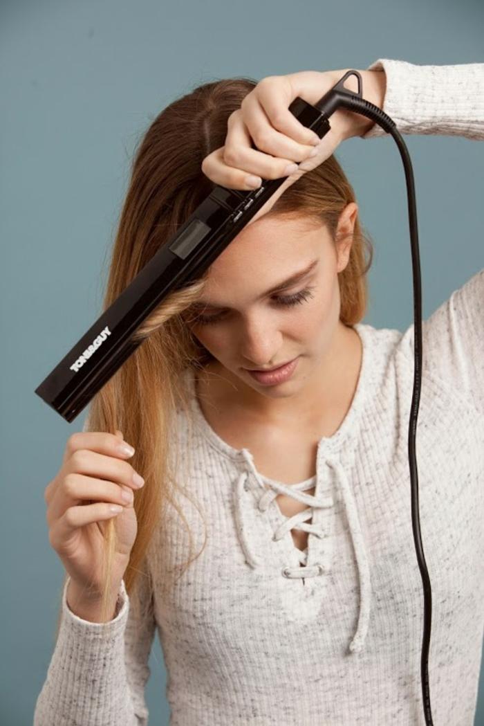 comment-boucler-ses-cheveux-avec-un-lisseur-cheveux-longs-claires-maquillage-naturelle