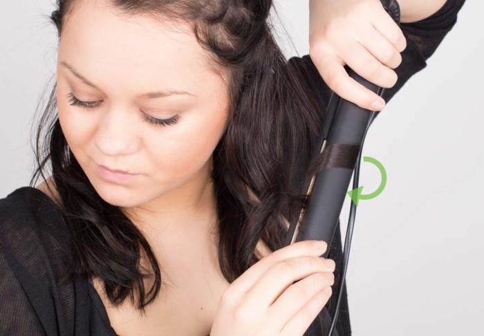 comment-boucler-ses-cheveux-avec-un-lisseur-cheveux-noir-raides-courts