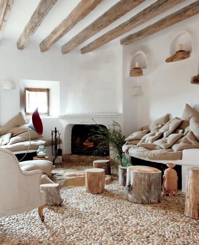 amenagement salon, murs blancs, plafond avec poutre en bois, cheminée blanche