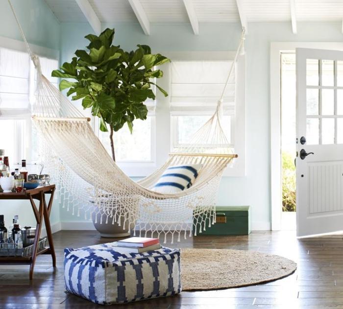 deco cocooning, murs bleus, tapis rond, arbre vert, hamac blanc, coffre vert