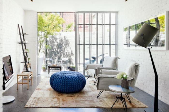 idee deco salon cocooning, pouf bleu en crochet, échelle décorative, tapis beige
