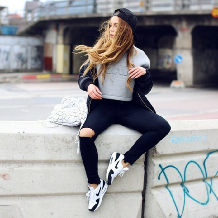 tenue de sport femme swag, cheveux blonds, sweat gris, bonnet noir