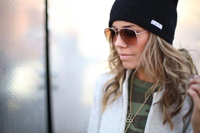 fille swagg, lunettes de soleil, cheveux bouclés, collier en or