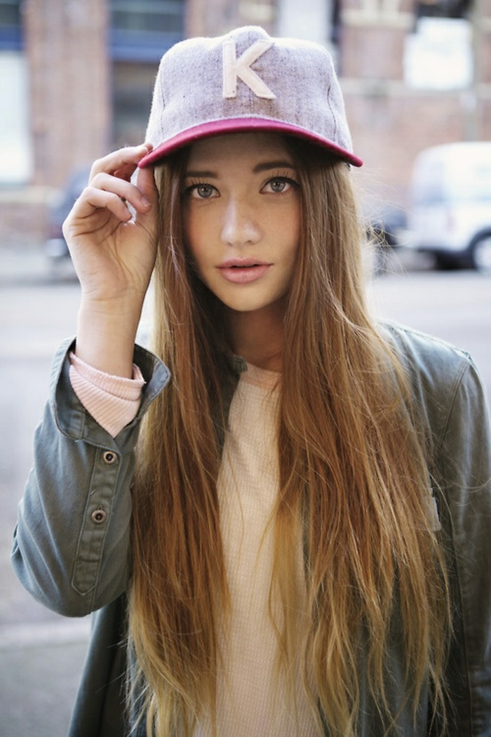 fille swagg, casquette rose, veste kaki, blouse beige, maquillage simple
