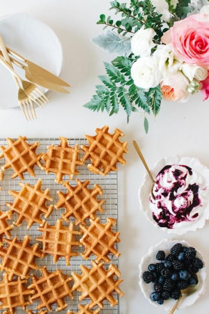 des gaufres au petit-lait, au yaourt et myrtilles, recette de gaufres facile pour un petit déjeuner nourrissant