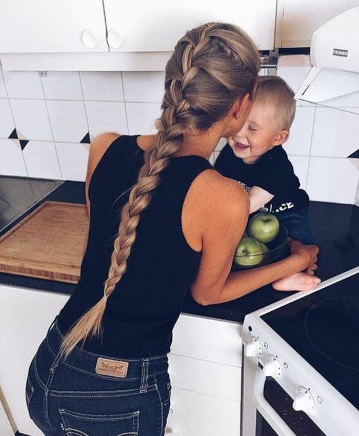 Jolie maman et son bébé; tresse cheveux longs; comment fair pousser les cheveux plus vite