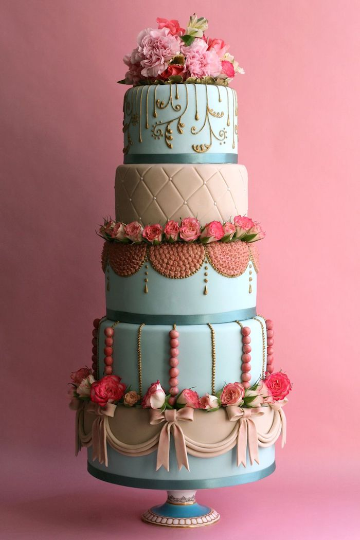 exemple gateau de mariage original décoré de pate a sucre bleu et marron et deco de ruban pate a sucre et fleurs artificielles, volutes decoratives