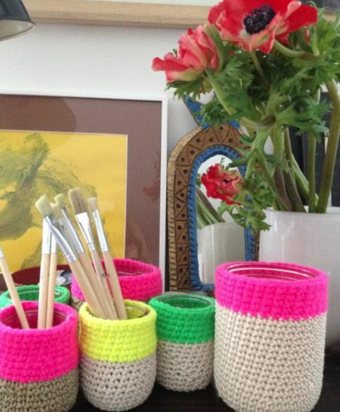 comment-faire-un-pot-a-crayon-décoré-d-une-enveloppe-en-laine-tricotée-de-différentes-couleurs-idée-organisateur-de-bureau-diy
