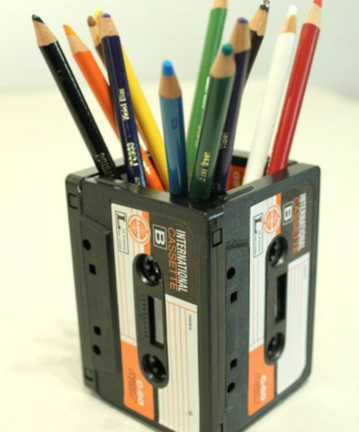 comment-faire-un-pot-a-crayon-fabriquée-à-partir-de-cassettes-recyclées-rangement-pour-vos-feutres-en-couleur