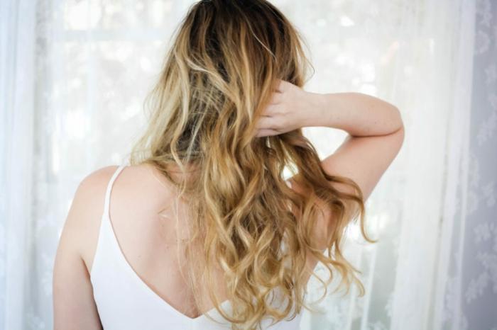 comment-friser-ses-cheveux-longs-blonds-cocooning--débardeur-blanc