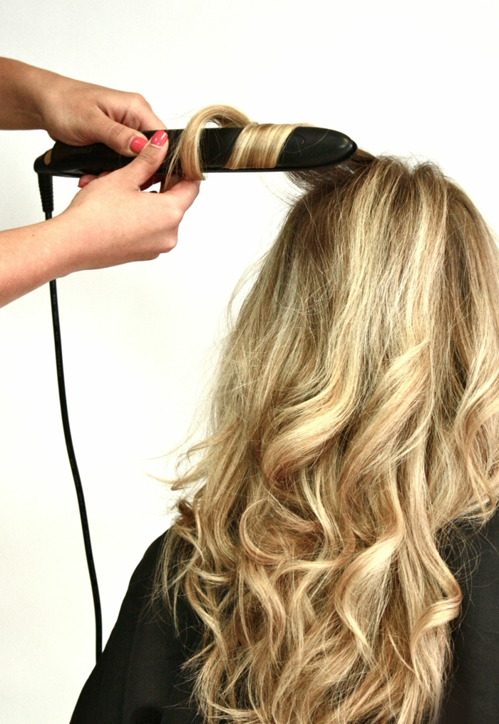 comment-friser-ses-cheveux-manucure-rouge-coiffure-cheveux-longs-saints
