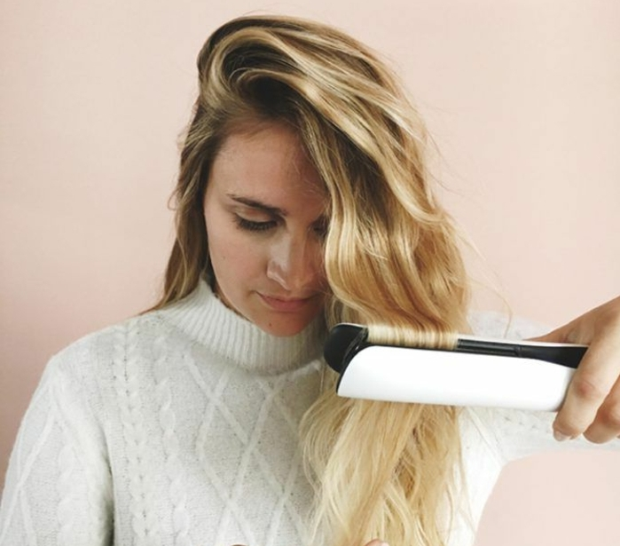 comment-friser-ses-cheveux-pull-blanc-manucure-maquillage-naturelle-cheveux-blonds