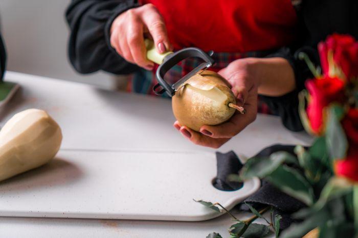 comment peler des poires pour les pocher, idee comment faire poire au vin pour son menu saint valentin original