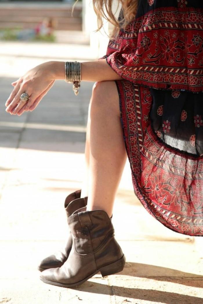 femmes en bottes et jupes, boho style, robe longue rouge, bijoux ethniques