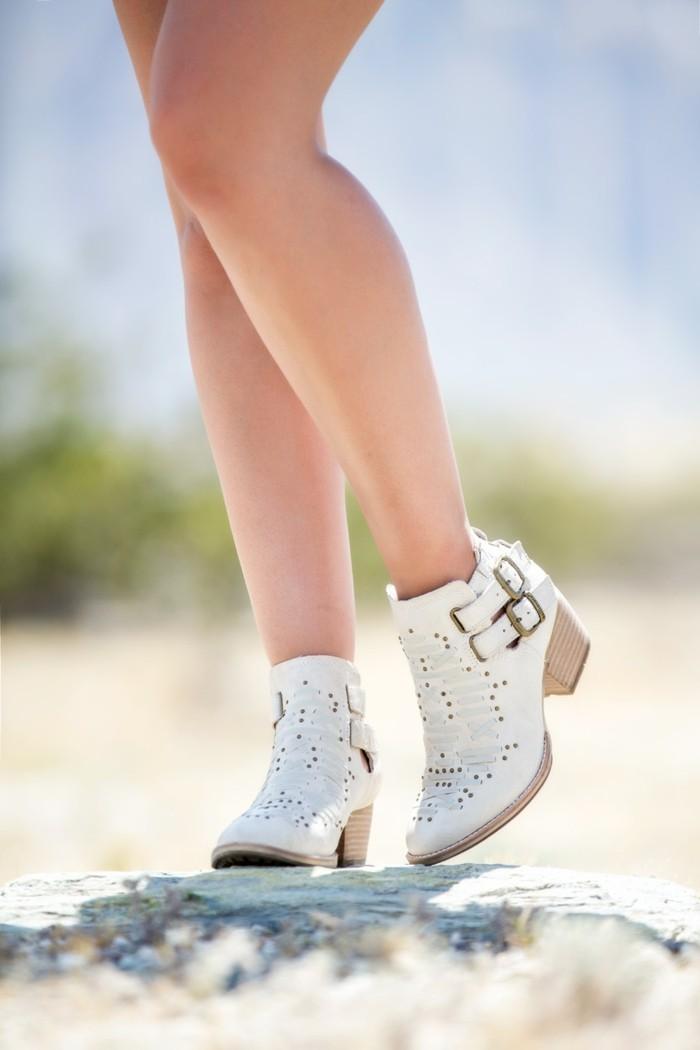 tenue avec bottines, modèle chaussures blanches à studs