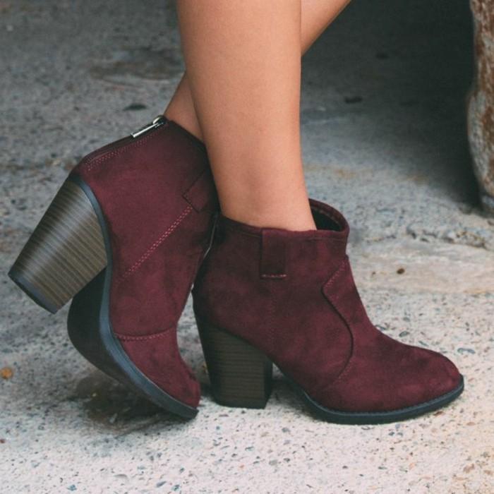 tenue avec bottines, modèle de chaussures bordeaux à talons