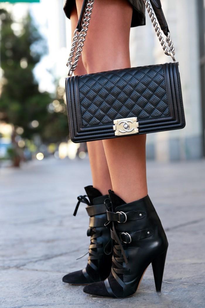 femmes en bottes et jupes, modèle à talons et à lacets, pochette noire
