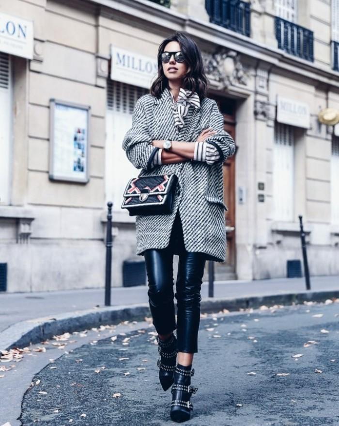 bottes motardes, pantalon en cuir noir, lunettes de soleil, veste grise, écharpe