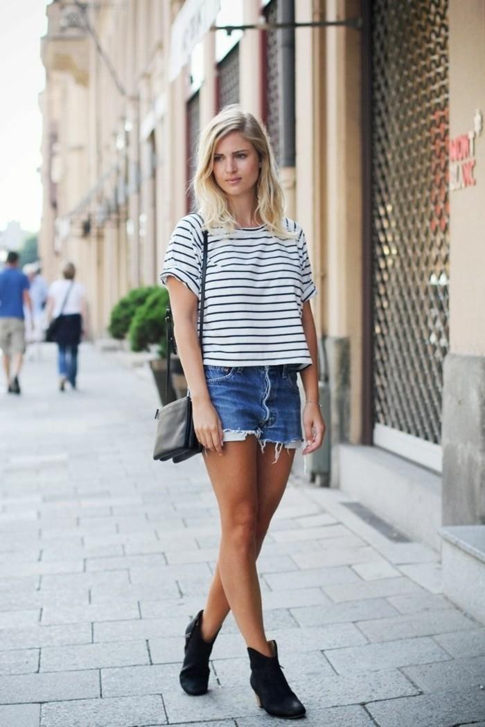 tenue avec bottines, paire de shorts en denim, t-shirt blanc et noir