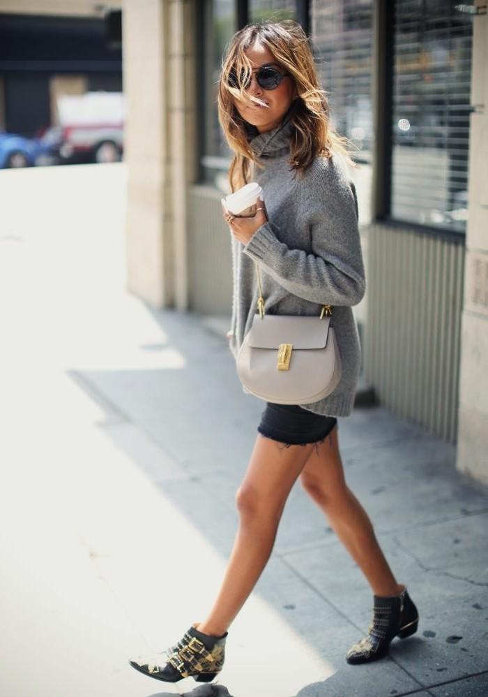 tenue avec bottines, pull over gris, lunettes de soleil, cheveux balayés, pochette grise