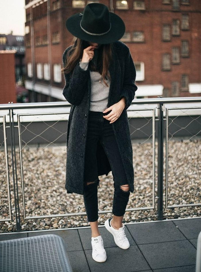 basket chic femme, pantalon noir déchiré, manteau noir, stan smith fille