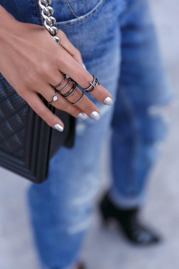 tendance bague phalange, une accumulation d'anneau fins, manucure argentée