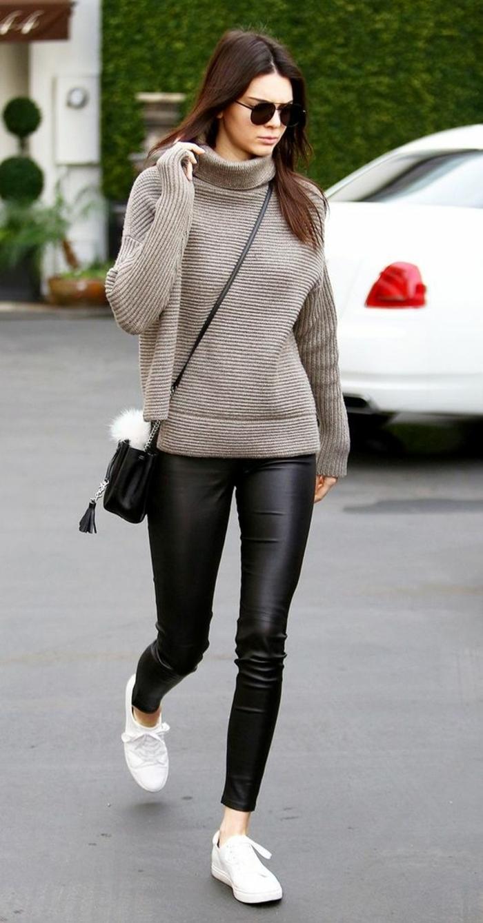 comment-porter-le-legging-simili-cuir-pull-col-roulé-bskets-blancs